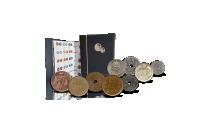 I dette komplette sæt med danske øremønter finder du mønter udgivet under 5 danske regenter - Christian IX, Frederik VIII, Christian X, Frederik IX og Margrethe II.